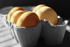 Αυγά κοτόπουλου σε ένα κιβώτιο χαρτοκιβωτίων αυγών χαρτονιού στον ήλιο στοκ εικόνα με δικαίωμα ελεύθερης χρήσης