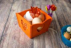 Αυγά κοτόπουλου για τη γιορτή Πάσχας για το χρωματισμό στοκ φωτογραφίες