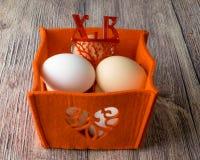 Αυγά κοτόπουλου για τη γιορτή Πάσχας για το χρωματισμό στοκ εικόνα