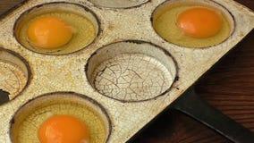 Αυγά κοτόπουλου σε ένα τηγανίζοντας τηγάνι Αγροτικό ύφος απόθεμα βίντεο