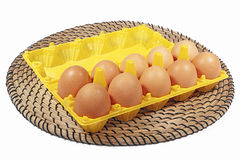 Αυγά κοτόπουλου στο κίτρινο χρώμα κιβωτίων στο άσπρα υπόβαθρο και το φυτίλι Στοκ φωτογραφία με δικαίωμα ελεύθερης χρήσης