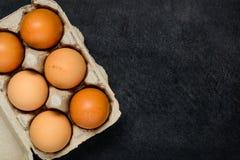 Αυγά κοτόπουλου στο κιβώτιο με το διάστημα αντιγράφων Στοκ Εικόνες