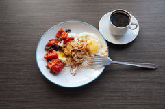 Αυγά, κρεμμύδι και κεράσι-ντομάτες με τον καφέ στοκ φωτογραφία με δικαίωμα ελεύθερης χρήσης