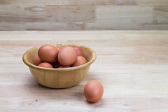 Αυγά κότας στο ξύλινο κύπελλο Στοκ Φωτογραφία