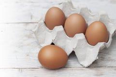 Αυγά με τα μεγάλα, φωτεινά κόκκινα αυγά, μη τοξικά στοκ φωτογραφίες