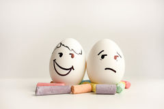 Αυγά με τα χρωματισμένα πρόσωπα Φωτογραφία για το σχέδιό σας Στοκ φωτογραφία με δικαίωμα ελεύθερης χρήσης