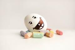 Αυγά με τα χρωματισμένα πρόσωπα Φωτογραφία για το σχέδιό σας Στοκ Φωτογραφίες