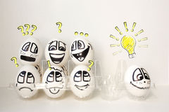 Αυγά με τα χρωματισμένα πρόσωπα Φωτογραφία για το σχέδιό σας Στοκ Εικόνες