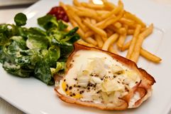 Αυγά με το ζαμπόν ως πρόχειρο φαγητό Χριστουγέννων Στοκ Φωτογραφίες
