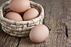 Αυγά με το καλάθι Στοκ φωτογραφίες με δικαίωμα ελεύθερης χρήσης
