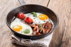 αυγά μπέϊκον που τηγανίζον&ta Στοκ Εικόνα