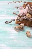 Αυγά ορτυκιών, διακοσμητική κότα, κλάδοι ιτιών στο ξύλινο backgroun Στοκ φωτογραφίες με δικαίωμα ελεύθερης χρήσης