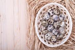 Αυγά ορτυκιών σε ένα καλάθι στον ξύλινο πίνακα Στοκ εικόνες με δικαίωμα ελεύθερης χρήσης