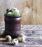 Αυγά ορτυκιών σε ένα ξύλινο γυαλί σε ένα ξύλινο υπόβαθρο, αγροτικό ύφος Στοκ φωτογραφίες με δικαίωμα ελεύθερης χρήσης