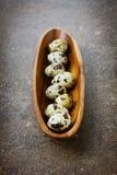 Αυγά ορτυκιών σε ένα ξύλινο φλυτζάνι Στοκ Εικόνες