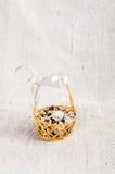 Αυγά ορτυκιών σε ένα ψάθινο καλάθι Στοκ εικόνα με δικαίωμα ελεύθερης χρήσης