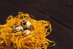 Αυγά ορτυκιών στη διακοσμητική φωλιά στο σκοτεινό ξύλινο υπόβαθρο διάστημα αντιγράφων Στοκ φωτογραφίες με δικαίωμα ελεύθερης χρήσης