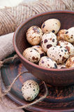 Αυγά ορτυκιών στο κεραμικό κύπελλο Στοκ Φωτογραφία