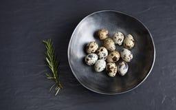 Αυγά ορτυκιών στο κεραμικό μαύρο κύπελλο στο μαύρο κεραμικό υπόβαθρο και στοκ φωτογραφία με δικαίωμα ελεύθερης χρήσης