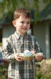 αυγά Πάσχας αγοριών λίγα &upsilon Στοκ εικόνες με δικαίωμα ελεύθερης χρήσης