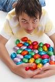 αυγά Πάσχας αγοριών που σ&u Στοκ φωτογραφία με δικαίωμα ελεύθερης χρήσης