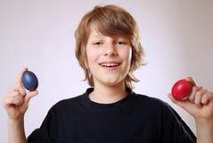 αυγά Πάσχας αγοριών Στοκ εικόνες με δικαίωμα ελεύθερης χρήσης