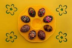 Αυγά Πάσχας διακοσμήσεων στο πιάτο Στοκ φωτογραφία με δικαίωμα ελεύθερης χρήσης