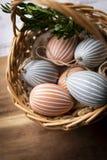 Αυγά Πάσχας, ζωηρόχρωμες διακοσμήσεις Πάσχας σε ένα καλάθι στοκ εικόνες