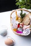 Αυγά Πάσχας, ζωηρόχρωμες διακοσμήσεις Πάσχας σε ένα καλάθι στοκ εικόνα με δικαίωμα ελεύθερης χρήσης