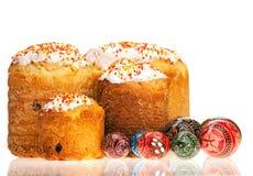 αυγά Πάσχας κέικ πέρα από το χρωματισμένο λευκό Στοκ φωτογραφία με δικαίωμα ελεύθερης χρήσης