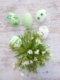 Αυγά Πάσχας και άσπρη άγρια σύνθεση λουλουδιών Στοκ εικόνα με δικαίωμα ελεύθερης χρήσης