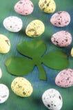 Αυγά Πάσχας και ένα ιρλανδικό τριφύλλι Στοκ εικόνες με δικαίωμα ελεύθερης χρήσης