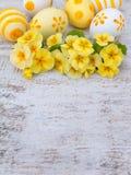 Αυγά Πάσχας και κίτρινη primrose κάθετη σύνθεση λουλουδιών Στοκ εικόνα με δικαίωμα ελεύθερης χρήσης