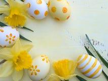 Αυγά Πάσχας και κίτρινο πλαίσιο λουλουδιών daffodil Στοκ εικόνα με δικαίωμα ελεύθερης χρήσης