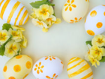 Αυγά Πάσχας και κίτρινο primrose πλαίσιο λουλουδιών Στοκ Εικόνες