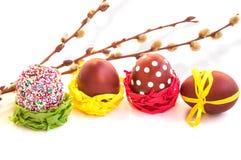 Αυγά Πάσχας και κλάδοι ιτιών στο λευκό Στοκ φωτογραφία με δικαίωμα ελεύθερης χρήσης
