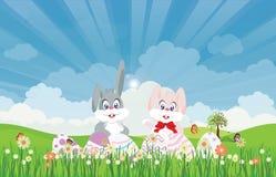 Αυγά Πάσχας και λαγουδάκι Πάσχας για τη διακόσμηση στη φρέσκια πράσινη χλόη Στοκ Φωτογραφία