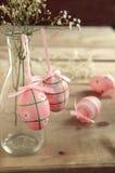 Αυγά Πάσχας και λουλούδια στην ξύλινη ανασκόπηση Στοκ Φωτογραφίες