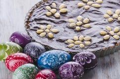 Αυγά Πάσχας και mazurek παραδοσιακό κέικ σοκολάτας Πάσχας στιλβωτικής ουσίας Στοκ Φωτογραφία