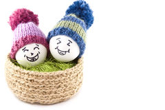 αυγά Πάσχας καλαθιών Emoticons στα πλεκτά καπέλα με τα pom-poms Στοκ φωτογραφία με δικαίωμα ελεύθερης χρήσης