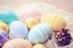 Αυγά Πάσχας κρητιδογραφιών στο ύφασμα στοκ εικόνες με δικαίωμα ελεύθερης χρήσης