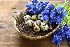 Αυγά Πάσχας με τα μπλε λουλούδια Στοκ φωτογραφίες με δικαίωμα ελεύθερης χρήσης