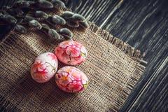 Αυγά Πάσχας με την ιτιά γατών στο ελαφρύ υπόβαθρο Στοκ εικόνες με δικαίωμα ελεύθερης χρήσης