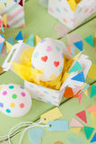 Αυγά Πάσχας με τις ζωηρόχρωμες αυτοκόλλητες ετικέττες Στοκ φωτογραφία με δικαίωμα ελεύθερης χρήσης