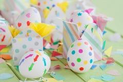 Αυγά Πάσχας με τις ζωηρόχρωμες αυτοκόλλητες ετικέττες Στοκ Φωτογραφία