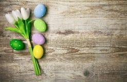 Αυγά Πάσχας με τις τουλίπες δεσμών copyspace Στοκ φωτογραφία με δικαίωμα ελεύθερης χρήσης