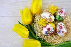 Αυγά Πάσχας με τις τουλίπες στο ξύλινο υπόβαθρο Στοκ εικόνα με δικαίωμα ελεύθερης χρήσης