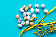 Αυγά Πάσχας με τον κλάδο ανθών στο μπλε πρότυπο άποψης υποβάθρου τοπ Στοκ εικόνα με δικαίωμα ελεύθερης χρήσης