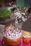 Αυγά Πάσχας με το άνθος λουλουδιών Σπιτικό ψωμί Πάσχας και χρωματισμένα αυγά Paska Πάσχας ή kulich Κέικ Πάσχας στο φως Στοκ Φωτογραφία