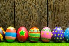 Αυγά Πάσχας με το ξύλινο υπόβαθρο Στοκ εικόνα με δικαίωμα ελεύθερης χρήσης
